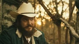Näyttelijä Ben Dickey cowboy-hatussa elokuvassa Blaze.