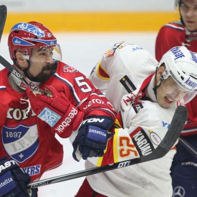 Trevor Gillies slåss med Jarkko Ruutu.