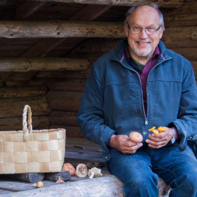 Kurt Söderberg med svampkorg och nyplockade svampar.
