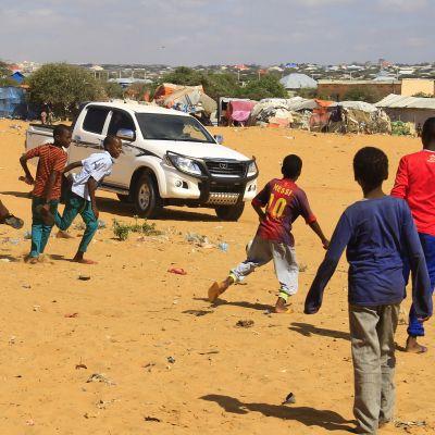 pojkar spelar fotboll på flyktingläger i mogadishu
