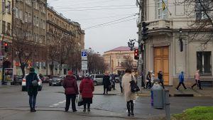 Människor går över ett övergångsställe i Sankt Petersburg.