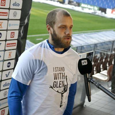 Teemu Pukki ger intervjuer före VM-kvalmatchen mot Bosnien och Hercegovina.
