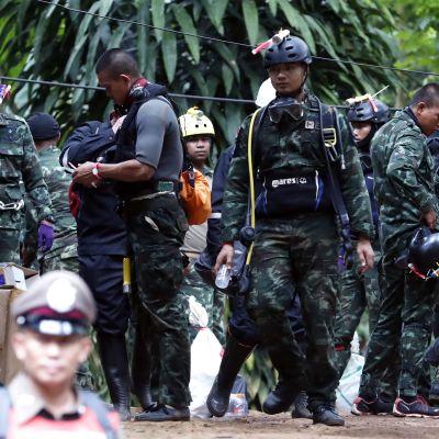 Pelastustyöntekijöitä kuvattuna luolan ulkopuolella perjantaina.