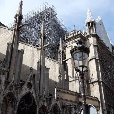 För första gången kan besökarna komma nära katedralen. I söndags öppnade den lilla gränden vid gaveln som varit stängd sedan branden den 15 april. Nu syns hon utan tak. Även under helgen har byggarbetare arbetat intensivt på plats.