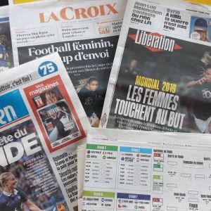 Tidningar med skriverier om damernas fotvolls vm 2019.