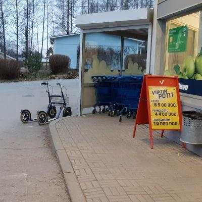 Rollator utanför butik