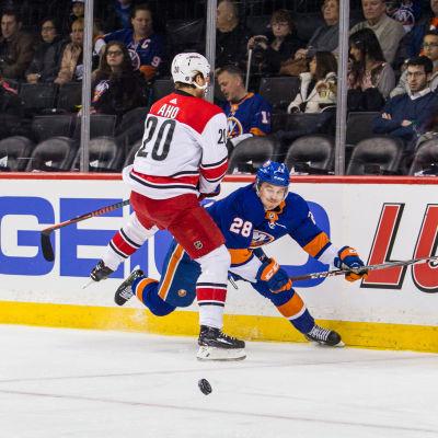 Sebastian Aho tacklar Sebastian Aho i NHL.