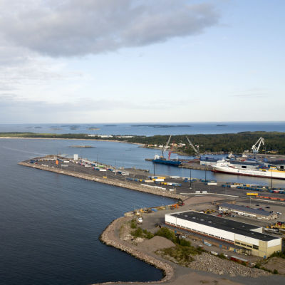 En flygbild över Hangö där Västra hamnen, Tullstranden och Tulludden syns.
