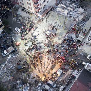 Drönarbild över området i Istanbul där ett  höghus kollapsade och gick i spillror.