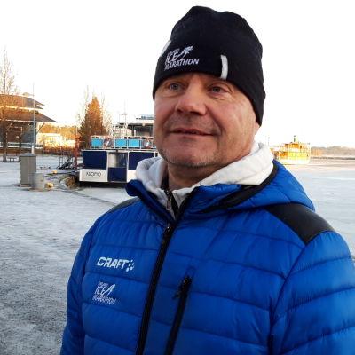 Kai Aho seisoo Kuopion satamassa ja kertoo jäätilanteesta.