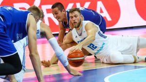 Matti Nuutinen spelar basket.
