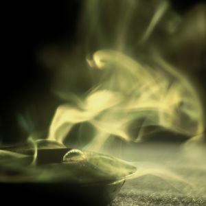 Rökelse som stiger upp ur ett kärl.