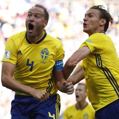 Andreas Granqvist och Albin Ekdal jublar