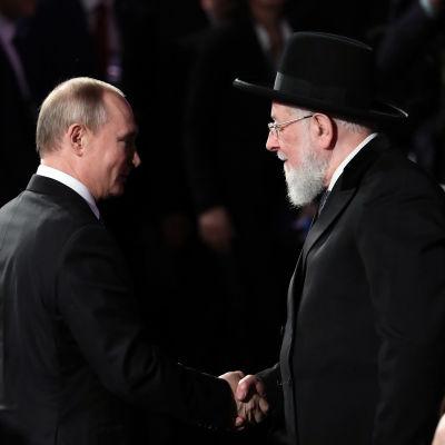 Vladimir Putin kättelee rabbi Meir Lauta.