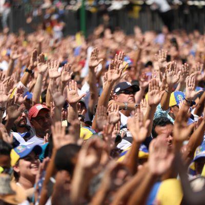 Folkmassor lyssnar till Juan Guaido i Caracas, andra februari 2019.