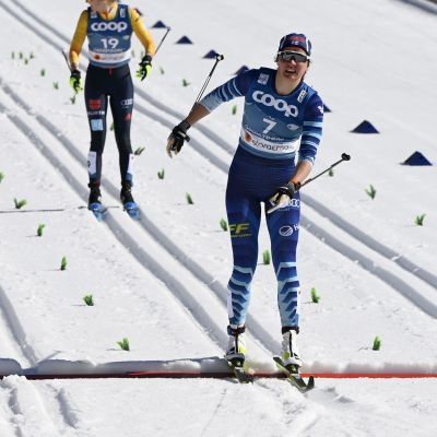 Katri Lylynperä åker över mållinjen i sprintsemifinalen.
