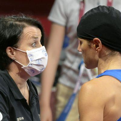 Mira Potkonen får råd av sin tränare.