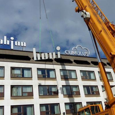 Hotelli Pohjanhovi, nimikyltti nousee katolle.