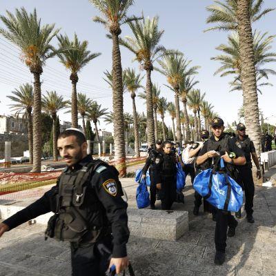 Israelilaiset poliisit partioivat Jerusalemin vanhankaupungin ympärillä perjantaina 21. heinäkuuta.