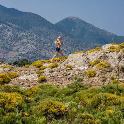 Noora Honkala juoksemassa vuoristossa.