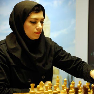 Iranissa naisia velvoitetaan käyttämään hiukset peittävää hijabia. Kuvassa iranilainen shakinpelaaja Atousa Pourkashian.