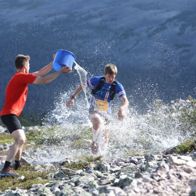 Sometempun ideoinut Aapo Laiho heitti ämpärillisen vettä Jere Pajusen päälle NUTS Ylläs Pallas -kilpailussa. Tästä tempauksesta Pajuselle langetettiin 15 minuutin aikasakko ja hän menetti ylivoimaisen voittonsa.