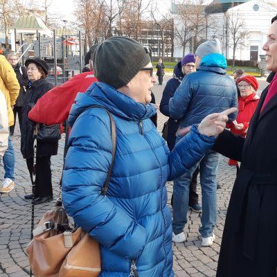 Camilla Streng samtalar med Maarit Feldt-Ranta på torget i Tavastehus.