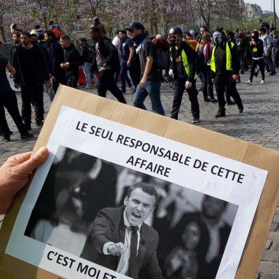 """På bilden syns President Macron. På den står att """"Den ende som är ansvarig för detta, det är jag."""