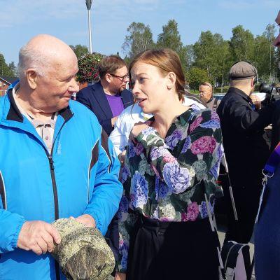 Li Andersson träffar folk i båthamnen i Kemi.
