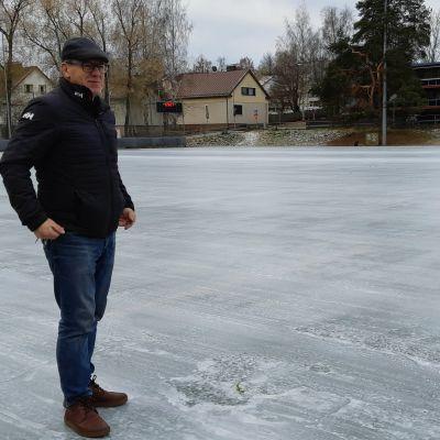 Mikkelin kaupungin liikuntapaikkapäällikkö Pekka Turunen seisoo Hänninhaudan jäällä.
