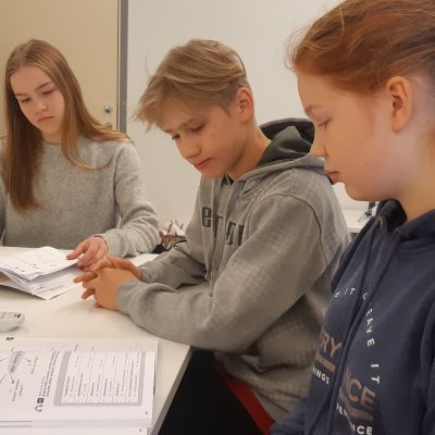 Anna-Leena Kähäri, Eeli Kärkkäinen och Kiia Karttunen läser svenska.