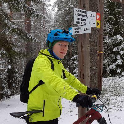 Mikkeliläisen pyöräilyseura Velo Saimaan varapuheenjohtaja Paavo Märkjärvi seisoo Kalevankankaan monikäyttöreittien opasviittojen edessä.