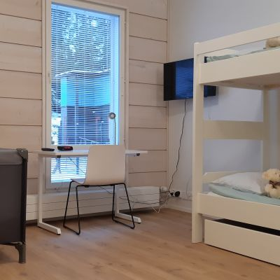Mikkelin uuden Turvakodin perhehuoneessa on kerrossängyt ja matkasänky lapsiasiakkaita varten.