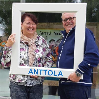 Anttolan kylätalon emäntä Taina Korhonen ja Anttolan asukasyhdistyksen puheenjohtaja Jarmo Vuorinen.