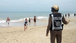 Polisen på Samui uppmanar folk att lämna stranden inför stormens ankomst.