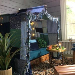 Vardagsrum med en tyghimmel ovanför soffan