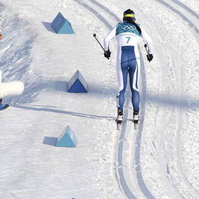 Matti Haavisto (vas.) huutaa Krista Pärmäkoskelle ohjeita Pyeongchangin olympialaisissa.