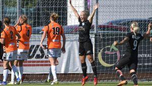Adelina Engman jublar över mål för Göteborg.