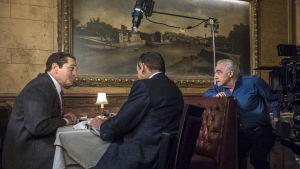 Inspelningsbild från The Irishman. Robert De Niro, en man som sitter med ryggen åt och regissören Martin Scorsese som ger order om hur han vill att nästa scen skall göras.