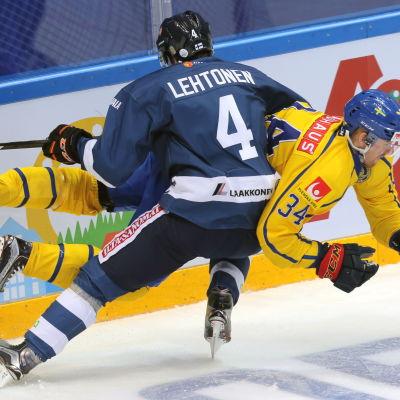 Mikko Lehtonen tacklar.