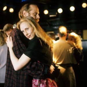 Vesa Vierikko ja Kati Outinen tanssivat lähekkäin. Kuva elokuvasta Tulitikkutehtaan tyttö.