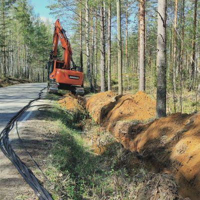 Sähköverkkoa parannetaan vauhdilla eri puolilla Suomea. viemällä kaapeli maan alle.