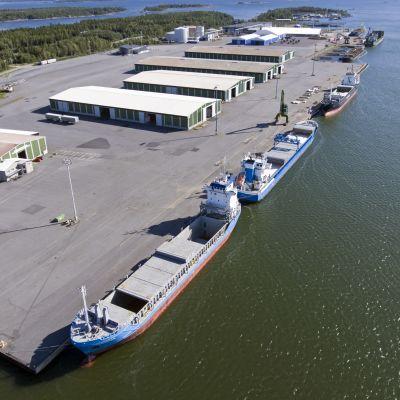Fartyg förtöjda i en hamn.