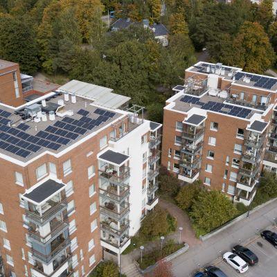 Aurinkopaneeleja ja poistoilman lämmön talteenottolaitteita 6- ja 7-kerroksisten kerrostalojen katoilla.