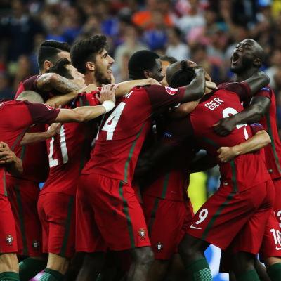 Portugals landslagsspelare kramas om efter finalsegern.