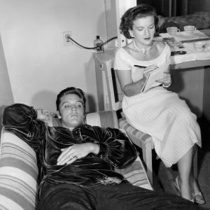 Elvis Presley ja sihteeri Trude Forsher 1950-luvun puolivälissä. Kuva dokumentista Elvis ja tyttö Wienistä.