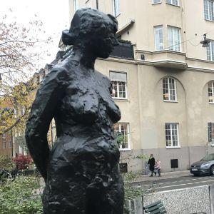 Bronsstaty av en naken kvinna.
