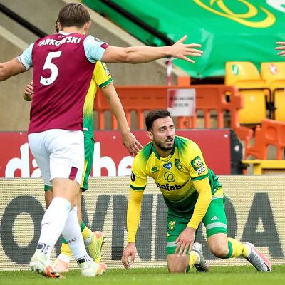 Burnley-spelare protesterar efter Josip Drmics vansinnestackling.