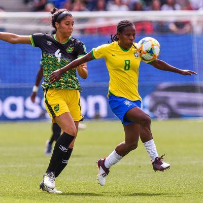 Formiga kämpar om bollen med Chantelle Swaby