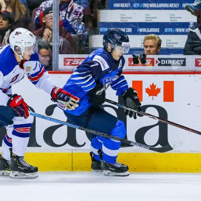 Urho Vaakanainen spelar ishockey.